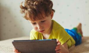 我們如何才能讓我們的孩子免於在大流行期間飆升的屏幕成癮?